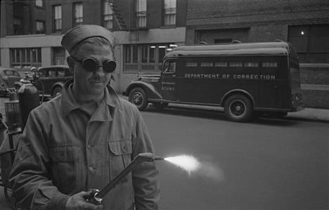 """""""Vanginkuljetusauto"""", julkaistu: 27.9.1949. Kubrickin valokuvat kuvittivat lyhyttä artikkelia New Yorkin uudesta, pakovarmasta vanginkuljetusautosta. Auton paksuja metallikylkiä ei voinut lävistää edes polttoleikkaamalla tai 38-kaliiperisella revolverilla."""