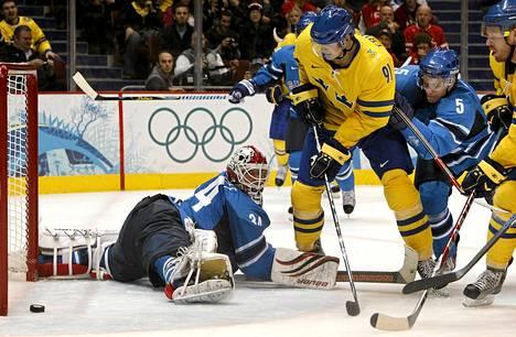 Loui Eriksson teki Ruotsin toisen maalin Vancouverin olympiaturnauksessa Suomea vastaan.