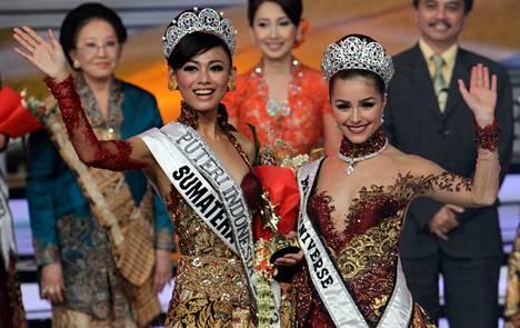 Viime vuoden Miss Universum, amerikkalainen Olivia Culpo (oik.) poseerasi indonesialaisen kauneuskilpailun voittajan Whulandaryn kanssa Jakartassa helmikuussa.