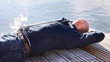 Ari Huusela nukkuu nyt kahdeksan tunnin yöunia, jonka lisäksi hän ottaa päivisin voimanokosia. Voimanokoset tarkoittavat sitä, että hän juo kupin kahvia ja menee sen jälkeen nukkumaan 15–30 minuutiksi. Kofeiinin piristävä vaikutus tuntuu vasta, kun herää nokosilta.