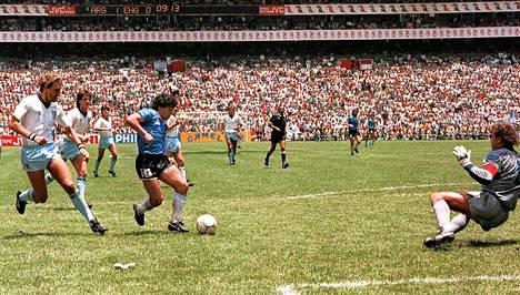 Diego Maradona ohitti Terry Butcherin ja maalivahti Peter Shiltonin ennen pallon siirtämistä maaliin vuoden 1986 kisoissa.