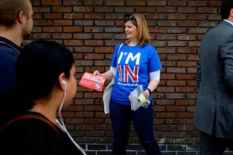 Nainen kampanjoi Euroopan unionissa pysymisen puolesta Lontoossa 20. toukokuuta.