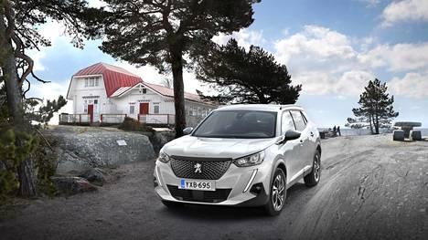 Malliuudistuksen jälkeen Peugeot 2008 näyttää enemmän katumaasturilta. Sukulaisuus suurempaan 3008:aan on ilmeinen. Auto kuvattiin Neljän tuulen tuvan edustalla Hangossa.