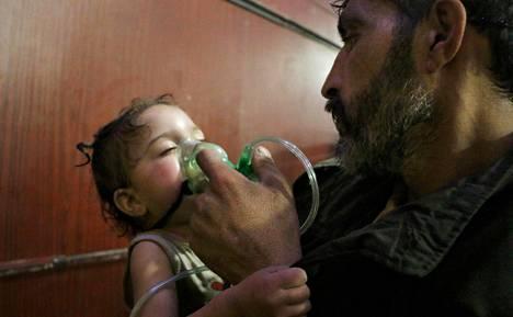 Syyrian hallituksen joukkojen epäiltiin pudottaneen Itä-Ghoutaanmyrkkytynnyrin, jossa olisi ollut kloorikaasua. Kuvatoimisto välitti kuvan hoitoa saavasta lapsesta. Kuvan kerrottiin otetun Itä-Ghoutassa sunnuntaina.