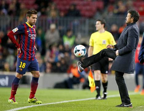 Celta de Vigon valmentaja Luis Enrique (oik.) potkaisi pallon Barcelonan Jordi Alballe La Ligan ottelussa Barcelonassa maaliskuussa.