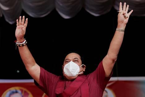 SLPP:n johtaja Mahinda Rajapaksa tervehti kannattajiaan kampanjatilaisuudessa Ahungallassa Sri Lankassa elokuun alussa.