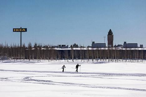 Tornion ja Haaparannan rajan on voinut aiemmin ylittää luvallisesti vaikka hiihtämällä. Nyt torniolaiset eivät myöskään pääse enää Haaparannan Ikeaan ostoksille.