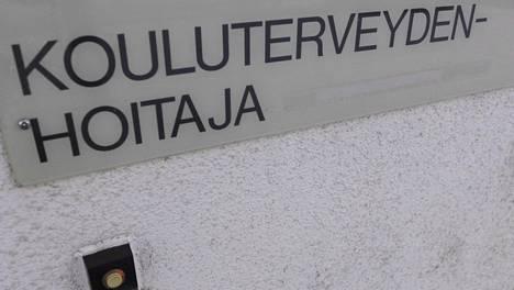 Kouluterveydenhoitaja-kyltti helsinkiläisessä peruskoulussa 26. maaliskuuta 2018.