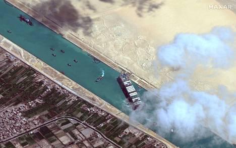 Satelliittikuva näytti Ever Given -aluksen Suezin kanaalissa ennen aluksen suoristamista maanantaina.