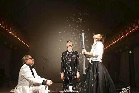 Paul Holländer (vas.), Wilhelm Grothenfelt ja Andriana Seecker käsittelevät Sirius Teaternin esityksessä kuolemattomuutta.
