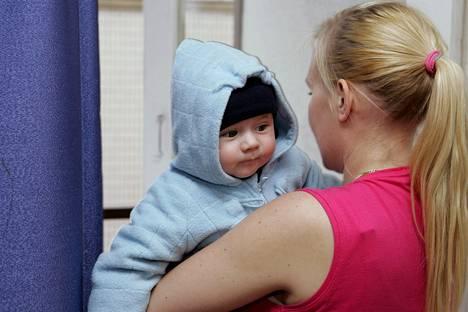 Lastenpsykiatri Jari Sinkkosen mukaan pienet lapset eivät tarvitse kasvattamista, vaan tuttujen ja turvallisten ihmisten läheisyyttä, syliä ja lohdutusta.