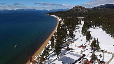 Tahoejärven kupeessa sijaitsevan kaukalon jäätä suojattiin ensimmäisen erän jälkeen auringonpaisteelta.