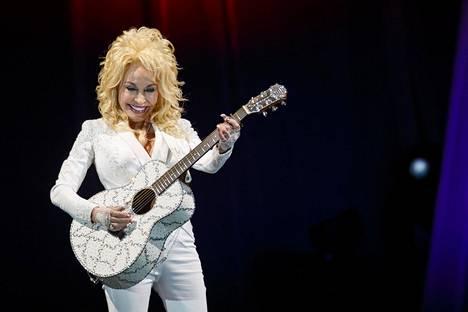 Dolly Parton palasi lavoille pitkän keikkatauon jälkeen vuonna 2016. Koronapandemian aikana hän on kunnostautunut varsinkin hyväntekijänä.