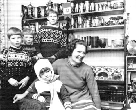 Maailmanmestaruus tuli Oikaraisen perheeseen silloin, kun siihen ei enää jaksettu uskoakaan. Rouva Laimi Oikarainen sekä Maarit, 7, Rauno, 8, Pertti, 10, ja Keijo, 13, olivat täysin hämmennyksissään kukkaistulvasta. Perheen suurta päivää juhli 11-vuotias Markku laskemalla ulkona mäkeä.