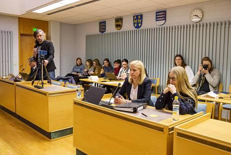 Junes Lokka (vas. seisomassa) ja toimittaja Johanna Vehkoo (edessä oik.) Oulun käräjäoikeudessa keskiviikkona. Vehkoon vieressä hänen asianajajansa Martina Kronström.