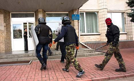 Äärioikeistolaisen Oikean sektorin jäsenet menivät sisään Boryspilin kaupungintaloon järein ottein.