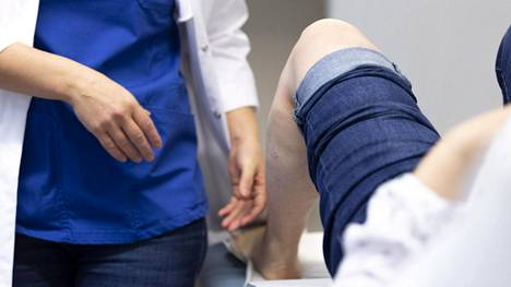 Lääkäri ja potilas vastaanotolla 3. helmikuuta espoolaisella terveysasemalla.