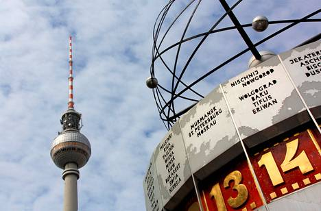 Berliinin Alexanderplatzin maamerkkejä ovat Itä-Saksan aikaiset TV-torni ja Maailmankello.