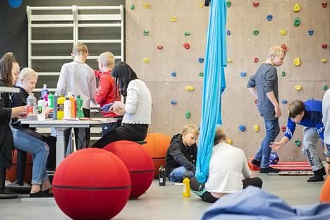 Joensuun Tulliportin koulussa on moneen muuntuvat opetustilat. Noin 250 neliömetrin tilassa opiskelee 72 oppilasta ja 3 luokanopettajaa sekä usein myös erityisopettaja ja koulunkäyntiavustaja.