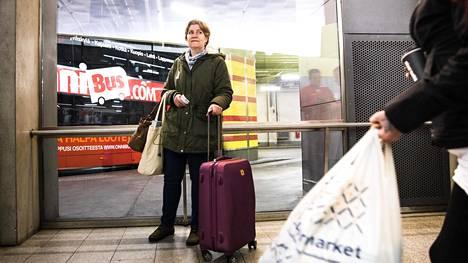 Kotkaan matkustanut Kirsi Koistinen käyttää Onnibusia hinnan ja nopeuden takia. Hän luottaa Koiviston Auton toimitusjohtajan lupaukseen hintojen edullisuudesta.