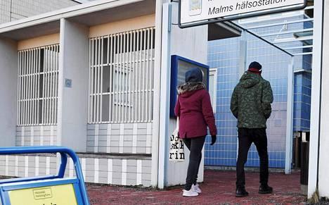 Ylähengitystieoireista kärsiviä potilaita hoidetaan Helsingissä torstaista alkaen vain Malmin ja Laakson koronaterveysasemilla.
