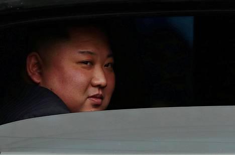 Kim Jong-un istui autoon, kun oli tiistaina saapunut junalla Dong Dangin asemalle Vietnamissa.