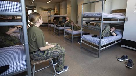 Karjalan prikaatissa on ollut viime viikon maanantaista lähtien käytössä yhteistuvat miehille ja naisille. Kokeilu perustuu vapaaehtoisuuteen, ja siitä voi irtautua milloin tahansa ilman perusteluja.