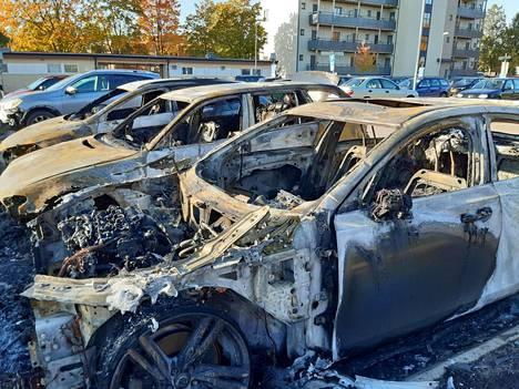 Autoja tuhoutui täysin yöllisissä tuhopoltoissa Märstassa Tukholman pohjoispuolella maanantain vastaisena yönä.