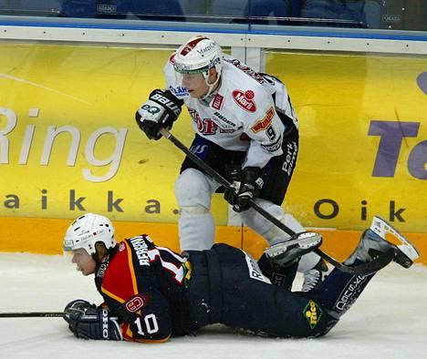 TPS:n Mikko Koivu jyräsi Jokereitten Sean Bergenheimin SM-liigan ottelussa vuonna 2004.