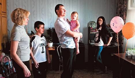 Jelena Hripunovan (vas.) ja Aleksei Kozyrevin (kesk.) viisihenkinen perhe asuu kaksiossa Venäjän kaukoidän Habarovskissa. Perheen kuopuksella Varvaralla on Downin syndrooma, mikä voi vaikeuttaa päiväkotipaikan saamista. Kuvassa myös vanhemmat lapset Danila,9, ja Darja, 19.