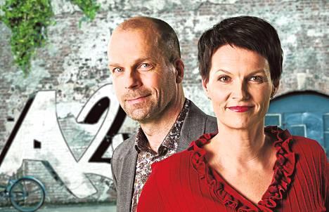 Yleisradion Ajankohtainen kakkonen aloitettiin jo vuonna 1969. Viime vuosina ohjelmaa ovat juontaneet toimittajat Salla Paajanen ja Pasi Toivonen.
