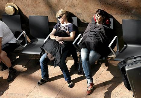 Matkustajat lepäsivät ja odottivat tietoja lennostaan Brysselin lentokentällä keskiviikkona 27. toukokuuta.
