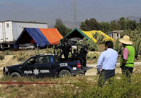 Meksikön poliisi vartioi kobaltti-60:ta sisältäneen säiliön löytöpaikkaa Hueypoxtlan lähellä.