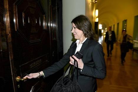 Lakivaliokunnan jäsen, kansanedustaja Arja Juvonen (ps.) menossa lakivaliokunnan kokoukseen eduskunnassa Helsingissä 27. helmikuuta.