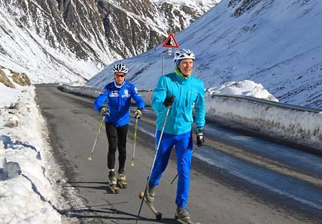 Matti Heikkinen (vas,) ja Anssi Pentsinen nousivat rullasuksilla 1 800 metristä lähes 2 300 metrin korkeudelle Alpeilla Italian ja Sveitsin rajan tuntumassa.