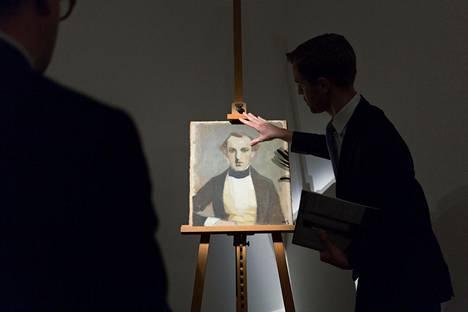 Helene Schjerfbeckin muotokuva isästään myydään kesäkuussa Sothebyn huutokauppakamarilla Lontoossa. Svante Schjerfbeck kuoli 67 vuotta ennen muotokuvan maalaamista. Teosta esittelee Sothebyn asiantuntija Richard Lowkes.
