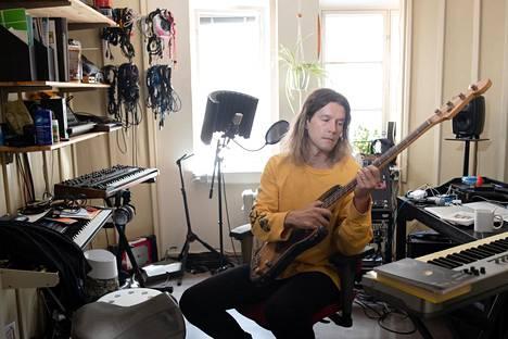 """Arto Tuunela ei miellä itseään tähdeksi eikä sellaiseksi myöskään kaipaa. """"On myös syytä huomioida, että rock- ja poptähteys on hirveän vaarallista. Se on hengenvaarallinen ammatti"""", hän sanoo studiollaan Helsingin Vallilassa."""
