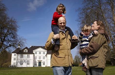 Philipp ja Laetitia von Hessenillä on kaksi lasta, Elena ja Tito. Taustalla Pankerin linna, perheen viikonloppukoti.