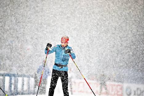 Kaisa Mäkäräinen testasi latua ennen naisten avausmatkaa. Lunta satoi taivaan täydeltä.