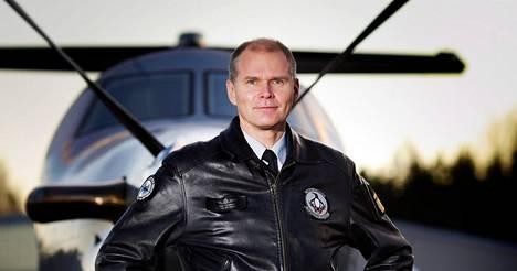Jarmo Lindberg on taustaltaan hävittäjälentäjä. Kuva vuodelta 2011.