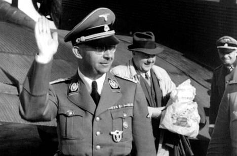 Heinrich Himmler oli SS-joukkojen ja Gestapon päällikkö.