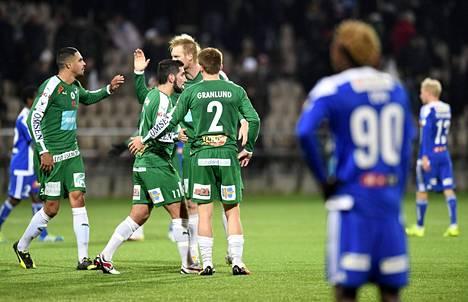 HJK:n Nnamdi Oduamadi katsoi taustalta IFK Mariehamnin pelaajia joukkueiden välisen Veikkausliiga-ottelun päätyttyä perjantaina 1–1-tasapeliin.