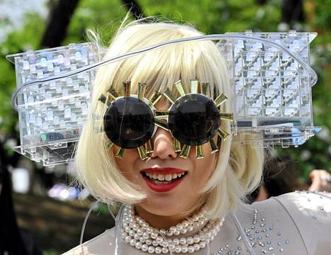 Japanilainen Lady Gaga -fani kuvattuna Soulin Olympiastadionin ulkopuolella perjantaina.