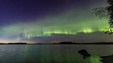 Tähtitieteen harrastajakuvaaja Kari Saari kuvasi revontulten dyyni-ilmiön syksyllä 2018 XXXXXssa. Raidallinen harso muistuttaa dyynejä hiekkarannalla. Siitä ilmiön nimi.