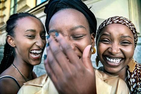 """Henkilökuva 2020, kunniamaininta, Kimmo Penttinen. Helsinkiläinen opiskelijakolmikko Fiona Musanga, Rewina Teklai ja Alice Muton perustivat oman elokuvakerhon, Ubuntu Film Clubin, joka näyttää """"mustaa elokuvaa"""". Taustalla oli halu laajentaa ja tasa-arvoistaa elokuvatarjontaa."""