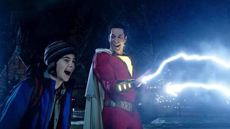 Zachary Levi (oik.) esittää Shazamia, joka ampuu sähköä ja lentää.