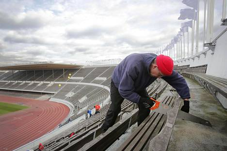 Tuomas Paarlahti sahasi mökkinsä tenniskentälle penkkejä Olympiastadionilta lokakuun viimeinen päivä.
