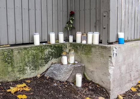 Kaksi 16-vuotiasta puukotti ryöstön yhteydessä vuonna 2001 syntyneen miehen Vallilassa 31. lokakuuta. Nyt teosta epäillään myös kolmatta henkilöä.