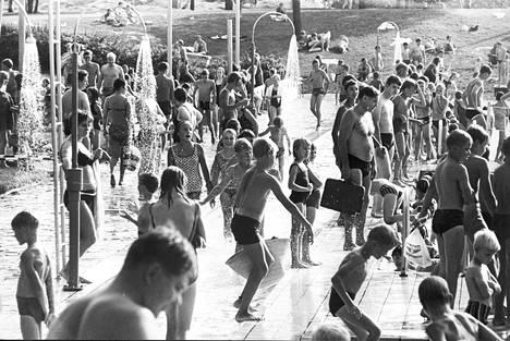 Syyskuun seitsemäs uimastadionilla Helsingissä, uimareita yhtä paljon kuin kuumimpina alku- ja keskikesän päivinä.