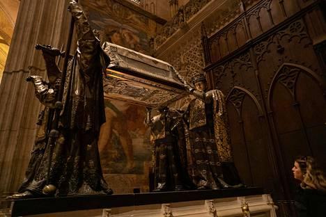 Löytöretkeilijä Kristoffer Kolumbuksen maalliset jäänteet lepäävät Sevillan tuomiokirkossa.